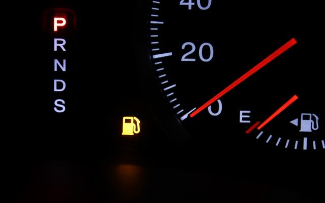 車の給油ランプが点灯してどれくらい走るのか?